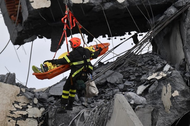 Ảnh: Toàn cảnh công tác cứu hộ các nạn nhân trong vụ sập cầu ở Italy