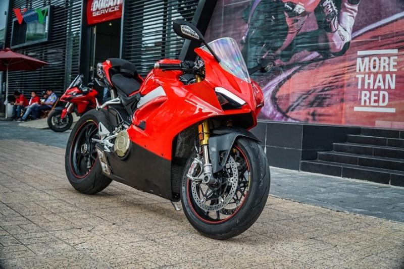 Ducati Panigale V4 S đầu tiên về Việt Nam độ ống xả Termignoni