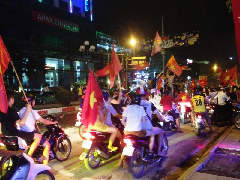 nguoi dan thai nguyen mung chien thang lich su cua doi tuyen olympic viet nam