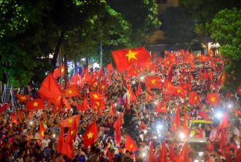 Hình ảnh hàng trăm nghìn người reo mừng chiến thắng của Olympic Việt Nam nhìn từ trên cao