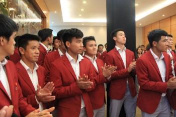 Olympic Việt Nam về tới Nội Bài, hàng ngàn người đón bên ngoài