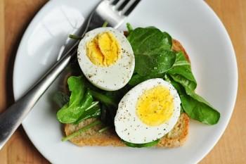nguoi bi cholesterol cao co nen kieng an trung