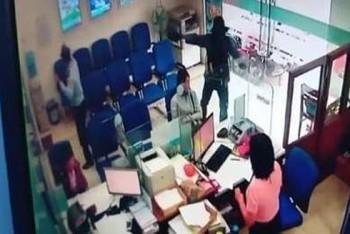 Cướp có súng đột nhập ngân hàng lấy tiền tỷ