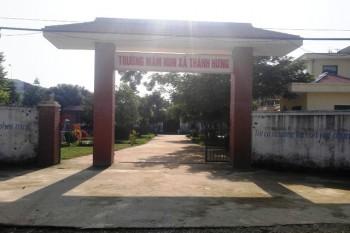 hang tram phu huynh cho con nghi hoc de phan doi xay dung cot thu phat song