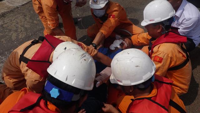 Vượt 300 hải lý cứu ngư dân bị nguy kịch ở ngoài Hoàng Sa