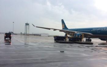 Ảnh hưởng bão, nhiều chuyến bay không thể hạ cánh xuống Tân Sơn Nhất