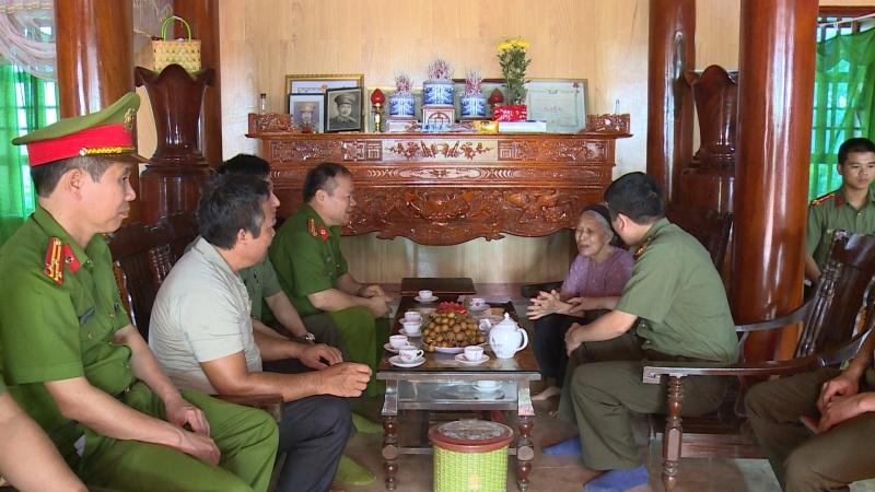 Công an tỉnh Thái Nguyên thăm, tặng quà các gia đình chính sách