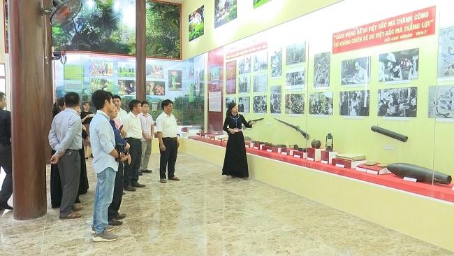Dâng hương tưởng niệm Chủ tịch Hồ Chí Minh tại ATK Định Hóa, Thái Nguyên