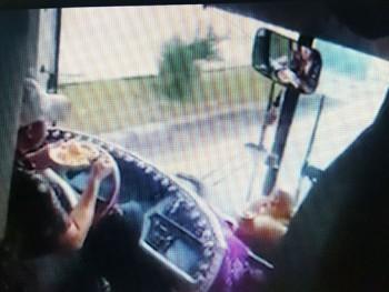 Lâm Đồng: Tài xế xe khách vừa lái xe vừa ăn mì bị đình chỉ công tác
