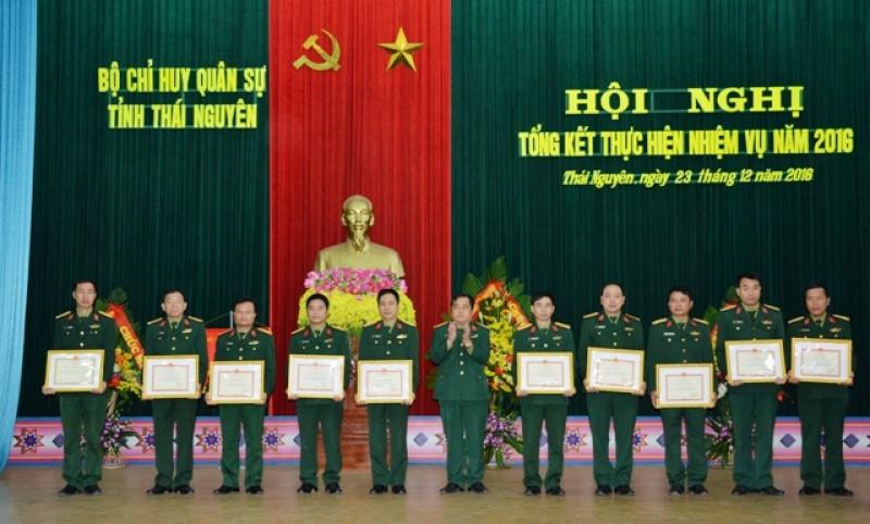 28 tập thể và 90 cá nhân hoàn thành xuất sắc công tác quốc phòng, quân sự được khen thưởng