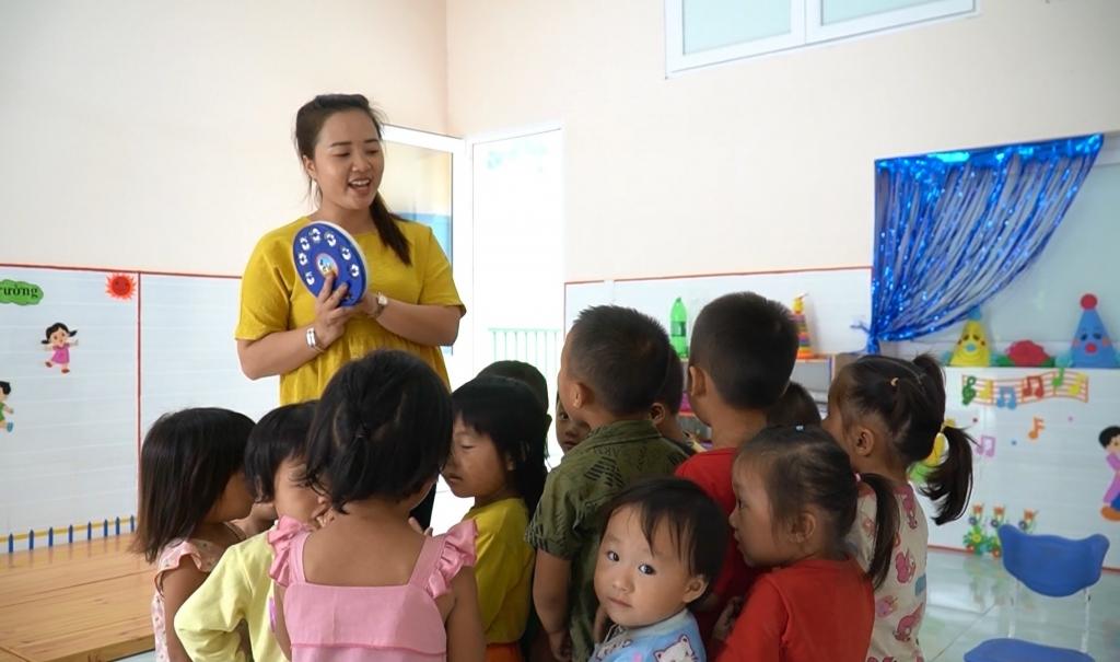 Cô giáo trẻ tình nguyện lên vùng cao