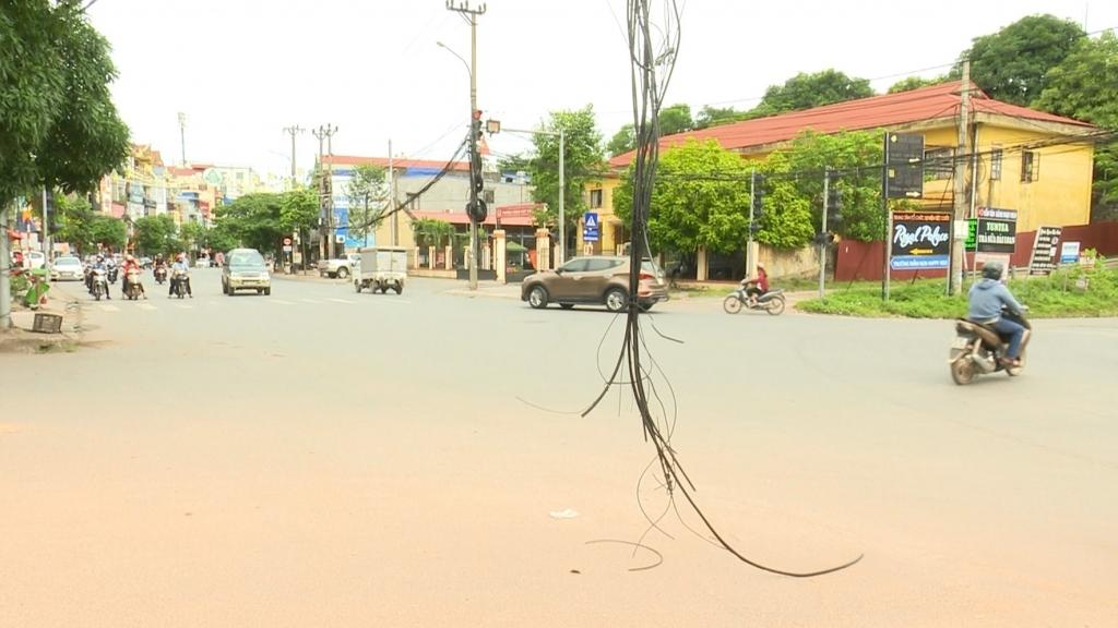 Cần khắc phục hiện tượng dây cáp viễn thông ảnh hưởng đến an toàn giao thông