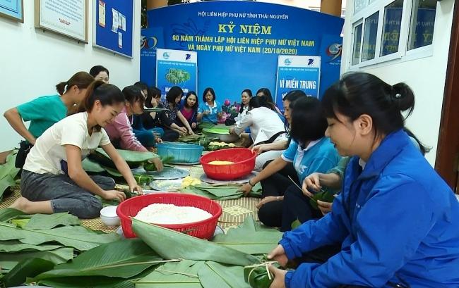 Gói bánh chưng hỗ trợ đồng bào các tỉnh miền Trung