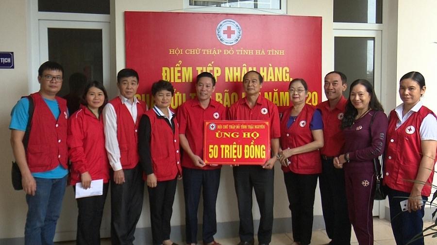 Trao tiền và quà hỗ trợ người dân miền Trung