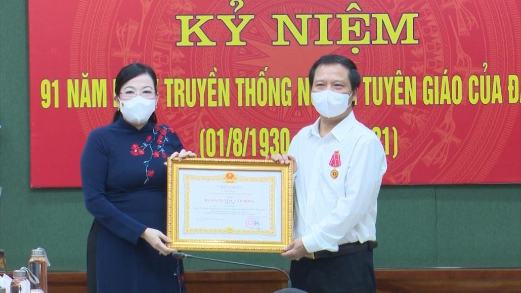 Trao Huân chương Lao động hạng Ba cho đồng chí Lê Văn Tuấn, nguyên Trưởng ban Tuyên giáo Tỉnh ủy