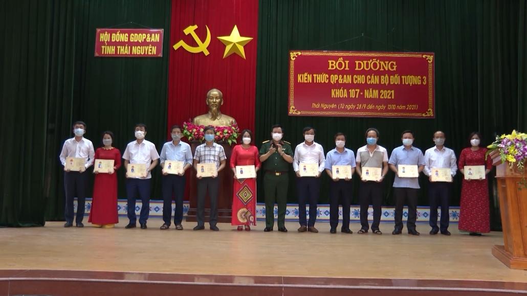 Bế giảng lớp bồi dưỡng kiến thức quốc phòng, an ninh đối tượng 3 khóa 107