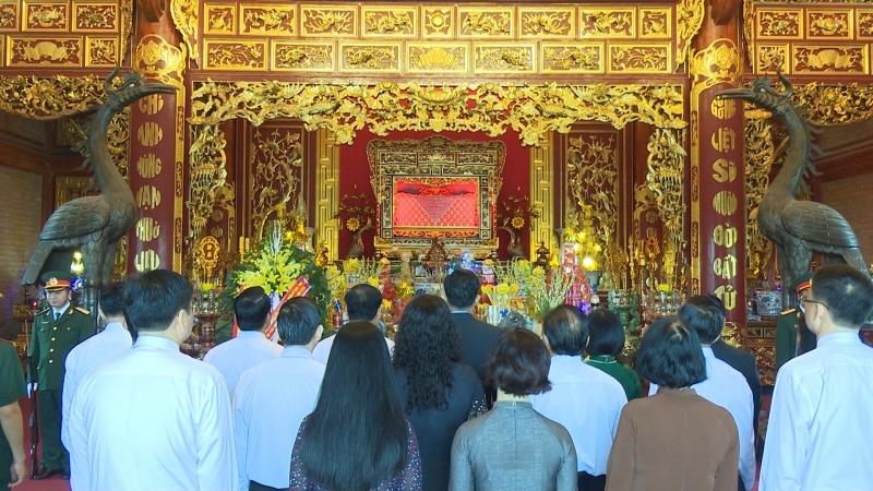 Dâng hương báo công với Chủ tịch Hồ Chí Minh và các anh hùng liệt sĩ