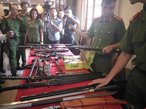Công an TP Hà Nội triệt phá một ổ nhóm cho vay, đòi nợ thuê và thu giữ hàng chục khẩu súng cùng nhiều dao, kiếm. Ảnh: TUYẾN PHAN