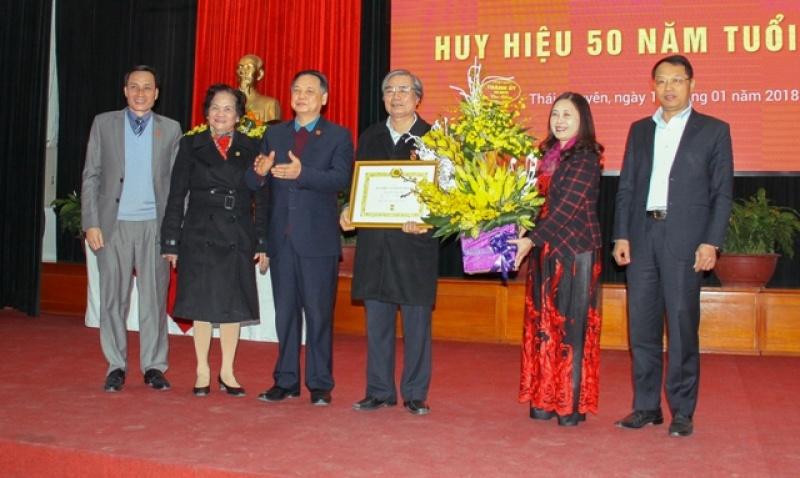 Công ty cổ phần thương mại Thái Hưng học tập, quán triệt Nghị quyết Trung ương 6, khóa XII  và trao tặng Huy hiệu 50 năm tuổi đảng