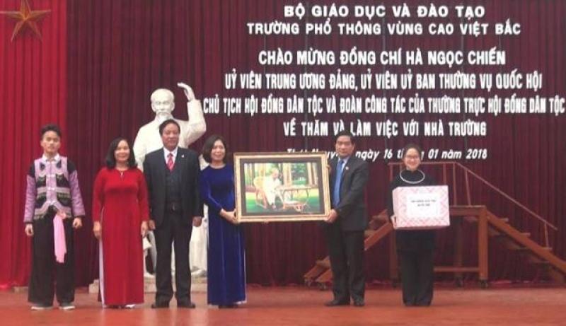doan cong tac cua thuong truc hoi dong dan toc lam viec tai truong pho thong vung cao viet bac