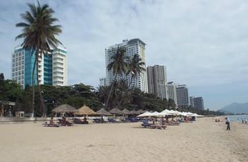 """Nha Trang: Chấn chỉnh đặt dù bãi biển """"choán"""" lối đi của cộng đồng"""