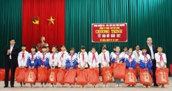 Ban quản lý các KCN Thái Nguyên tặng quà các gia đình khó khăn tại huyện Võ Nhai
