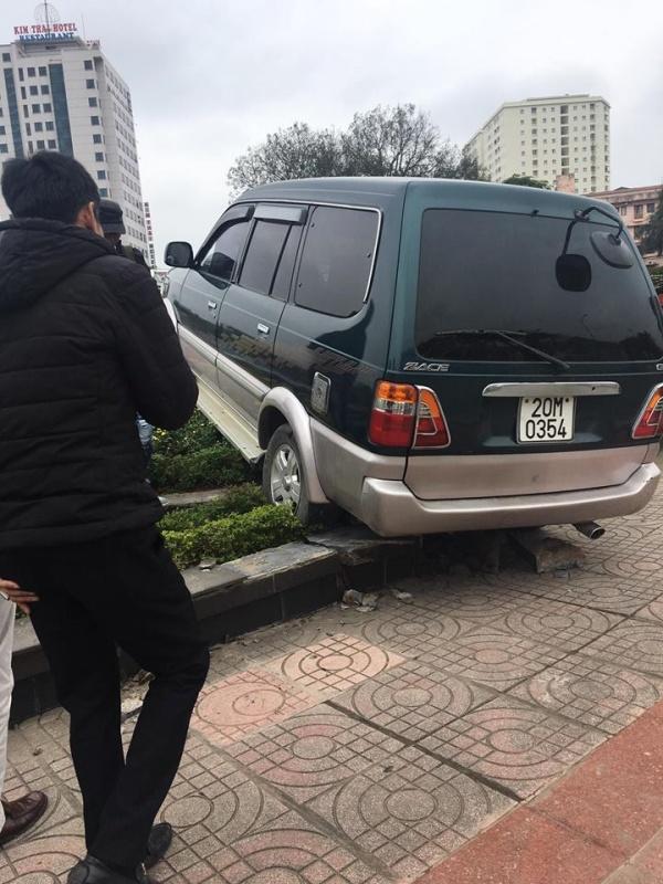 Xe ô tô Toyota Zace lao lên đảo tròn trung tâm Thành phố Thái Nguyên