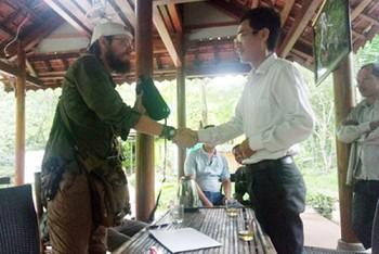 Nhân viên du lịch Quảng Bình trả lại 30 triệu cho du khách Mỹ
