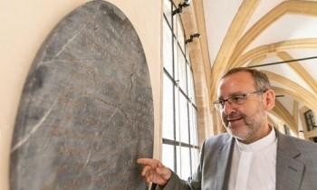 Bảo tàng Đức tìm thấy bia mộ nàng Bạch Tuyết đời thực
