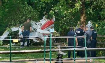 Máy bay Mỹ đâm vào khu dân cư, ba người chết