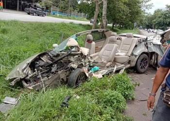 Tài xế thoát chết thần kỳ khi xe Altis bị lột bay nóc sau tai nạn