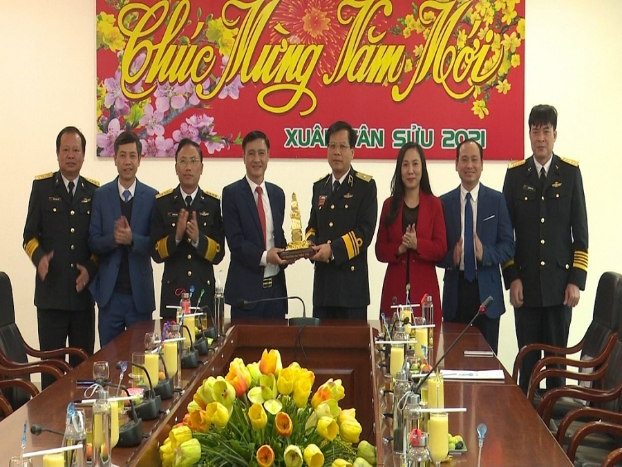 Đoàn công tác tỉnh Thái Nguyên thăm, chúc tết Bộ Tư lệnh Hải quân