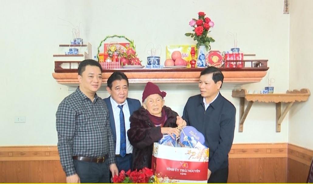 Lãnh đạo tỉnh thăm, tặng quà, chúc tết Đảng viên cao tuổi