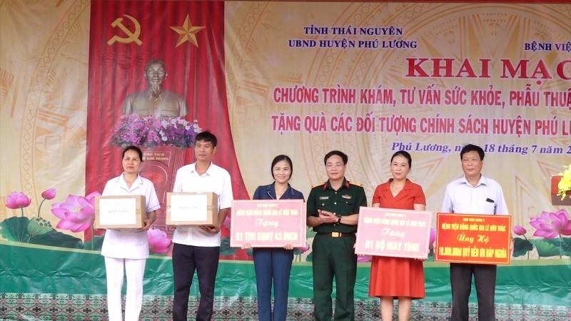 Thăm, tặng quà cho đối tượng chính sách tại Phú Lương