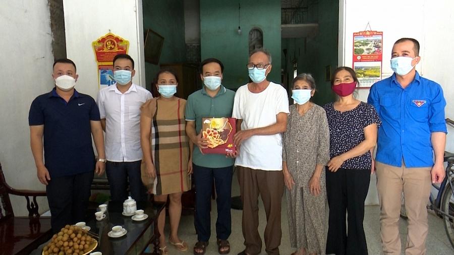 Thăm gia đình các cán bộ y bác sĩ đang tham gia chống dịch