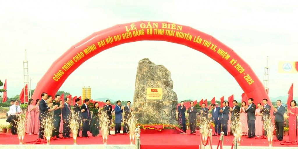 Gắn biển công trình chào mừng Đại hội Đảng