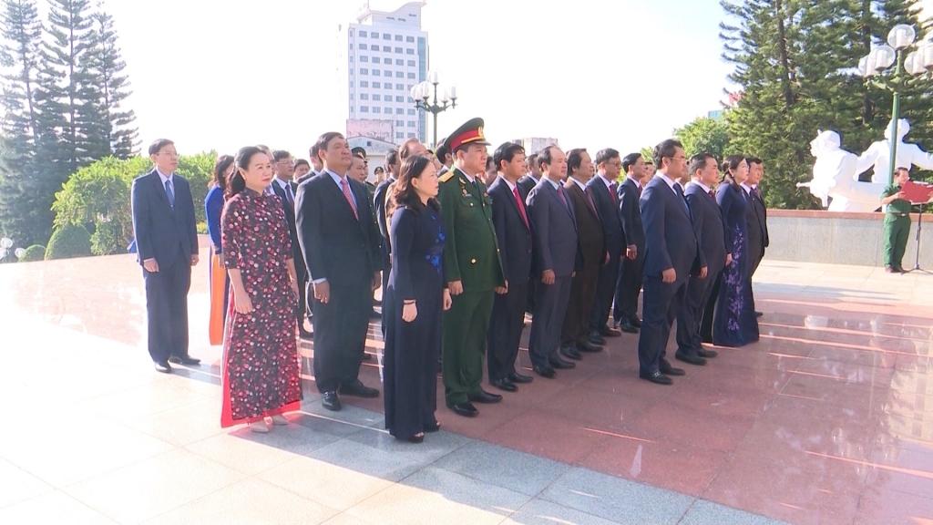 Đoàn đại biểu dự Đại hội Đảng bộ tỉnh lần thứ XX dâng hương tưởng niệm các anh hùng liệt sĩ