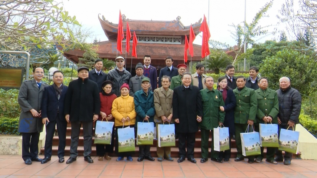 Đồng chí Phùng Quốc Hiển dâng hương Chủ tịch Hồ Chí Minh tại ATK Định Hóa