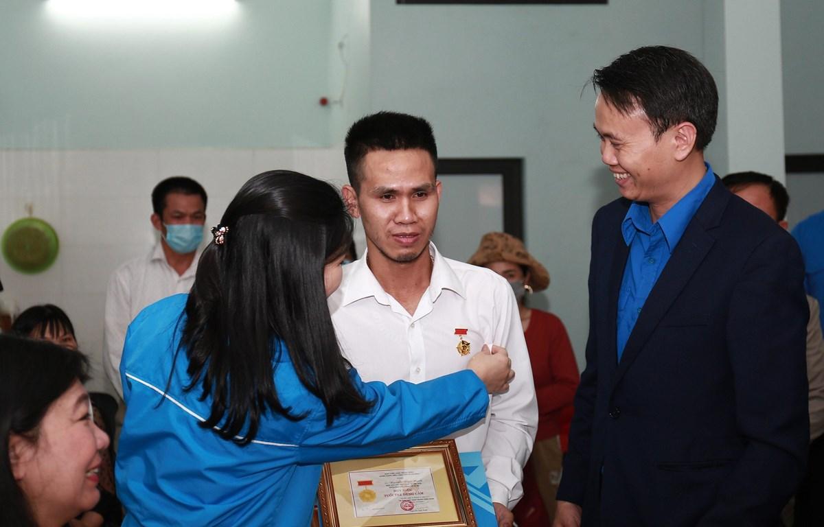 Thủ tướng tặng Bằng khen cho người cứu cháu bé bị rơi từ tầng 12A