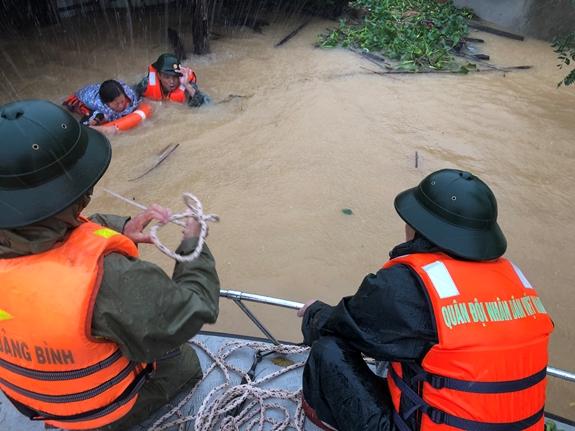 Bão mới giật cấp 14, tiếp tục mưa rất lớn tại miền Trung