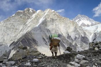 nepal cam du khach leo nui mot minh len dinh everest