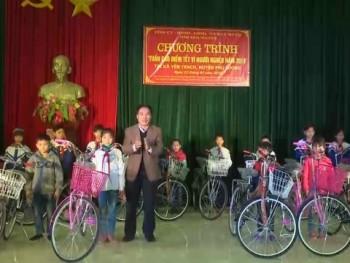 Chủ tịch UBND tỉnh tặng quà tết tại xã Yên Trạch, huyện Phú Lương
