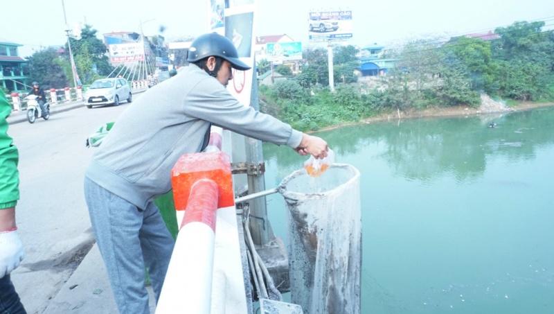 Người dân Thái Nguyên thả cá chép tiễn ông Công ông Táo về trời
