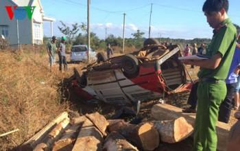 Xe chở gỗ tông mô tô, 3 người thương vong