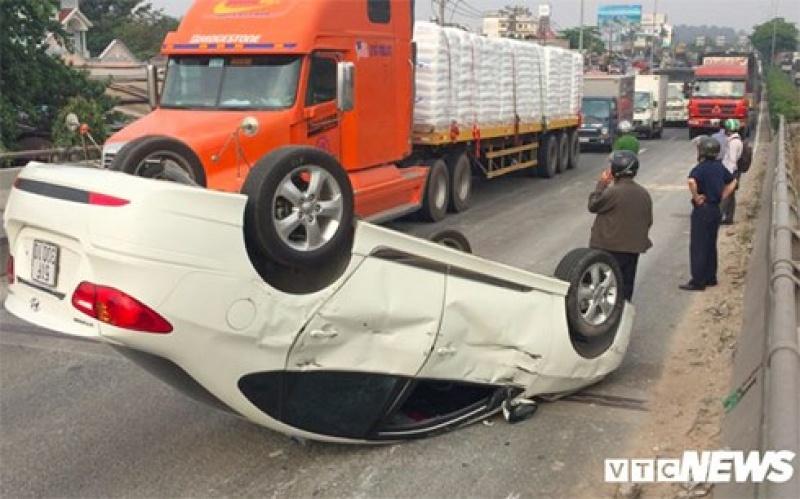 Tài xế xe tải húc ô tô 4 chỗ lật ngửa giữa đường rồi bỏ chạy
