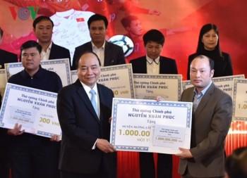 Thủ tướng trao kinh phí từ đấu giá bóng, áo của U23 cho 20 huyện nghèo