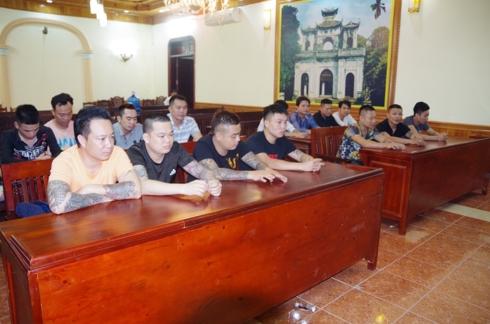 """15 """"con bạc"""" mang theo súng để sát phạt tại Hưng Yên"""