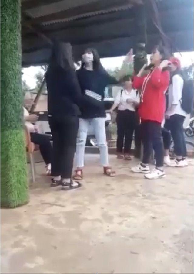 nu sinh lop 8 bi danh hoi dong den thung mang nhi