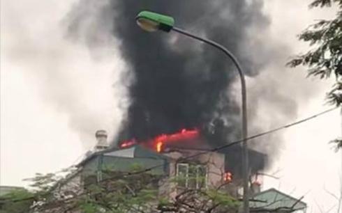 Cứu sống 9 người khỏi vụ cháy nhà 5 tầng trên phố Lạc Trung