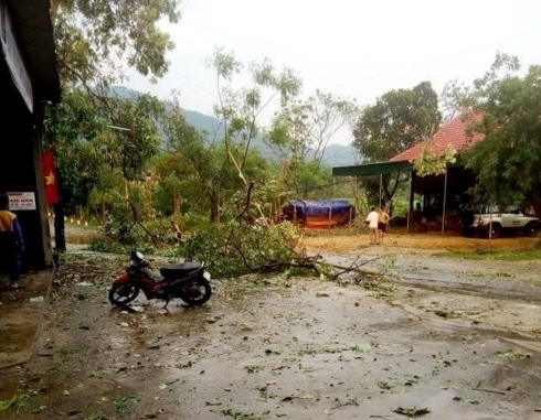 50 nhà dân bị bay nóc trong cơn lốc xoáy ở Nghệ An